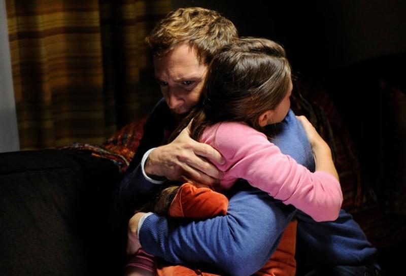 Il socio: Natasha Calis e Josh Lucas sono padre e figlia in una scena della serie