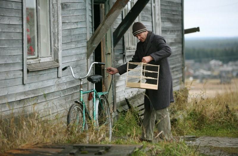 Silent Souls: Igor Sergeyev si prende cura dei suoi uccellini in una scena del film