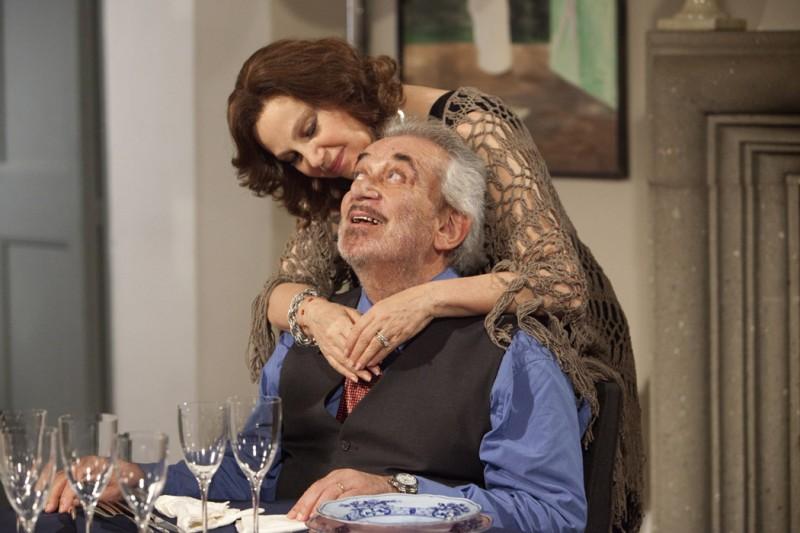 Una grande famiglia: Gianni Cavina con Stefania Sandrelli in una tenera scena della fiction diretta da Riccardo Milani
