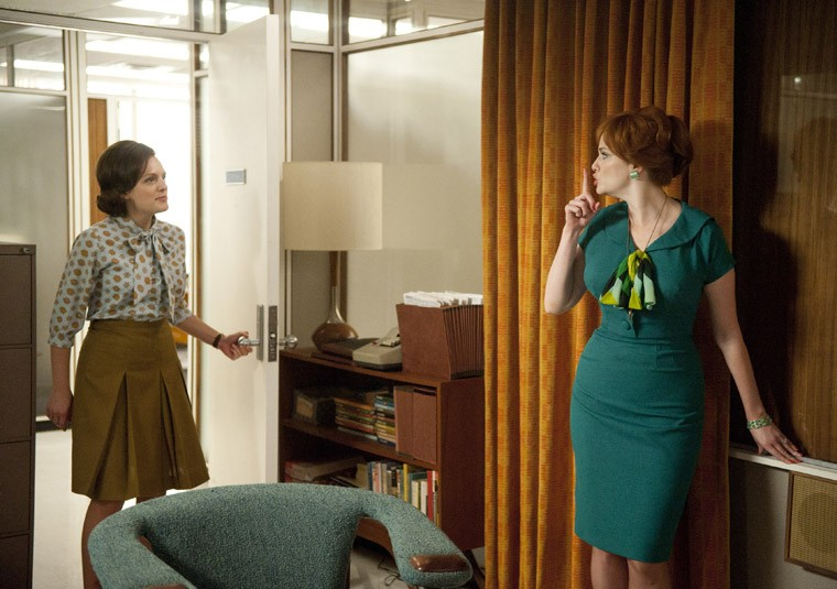 Elisabeth Moss e Christina Hendricks nell'episodio Signal 30 della quinta stagione di Mad Men