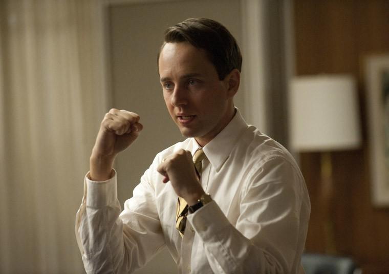Un combattivo Vincent Kartheiser nell'episodio Signal 30 della quinta stagione di Mad Men