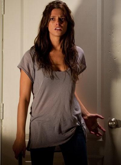 Ashley Greene in una scena ad alta tesione di The Apparition