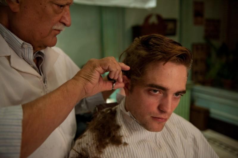 Cosmopolis: Robert Pattinson alle prese con una nuova acconciatura in una scena del film