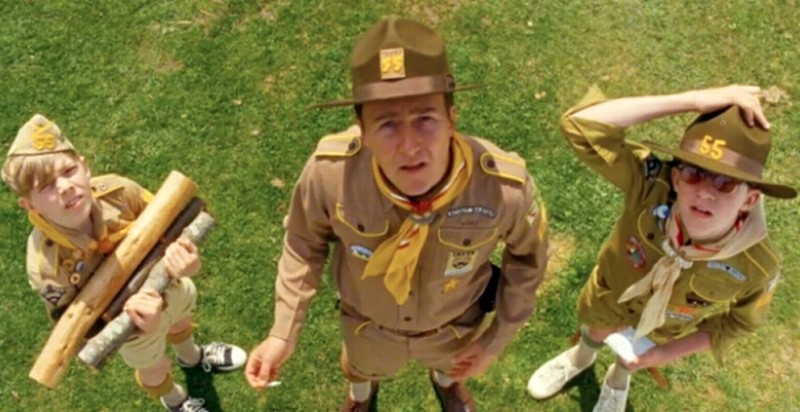 Edward Norton insieme a due 'lupetti' in una scena di Moonrise Kingdom
