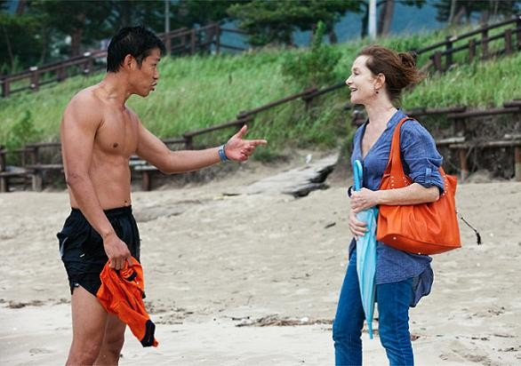 Isabelle Huppert in una scena di In Another Country insieme al co-protagonista Jun-sang Yu