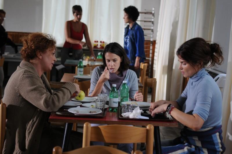 Monica Birladeanu e Chiara Martegiani in una scena del dramma Maternity Blues con Marina Pennafina