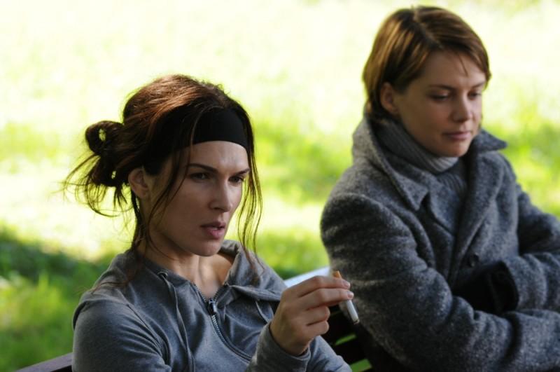 Monica Birladeanu insieme con Andrea Osvart in una scena del dramma Maternity Blues