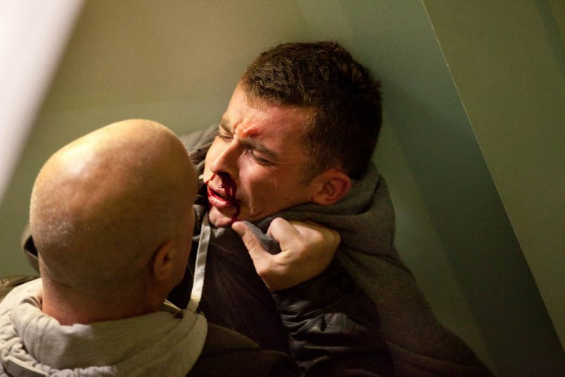 Paul Brannigan messo con le spalle al muro in una scena di The Angels' Share
