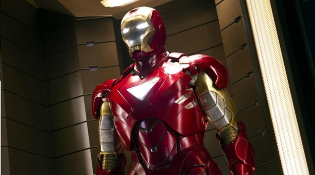 Robert Downey Jr. fasciato nella tuta robotica di Iron Man in una scena di The Avengers