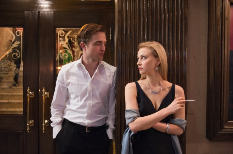 Robert Pattinson insieme a Sarah Gadon in una scena di Cosmopolis