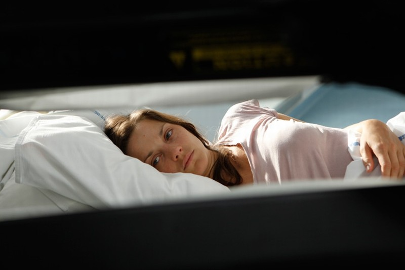 Rust and Bone: Marion Cotillard sdraiata su un letto in una scena del film