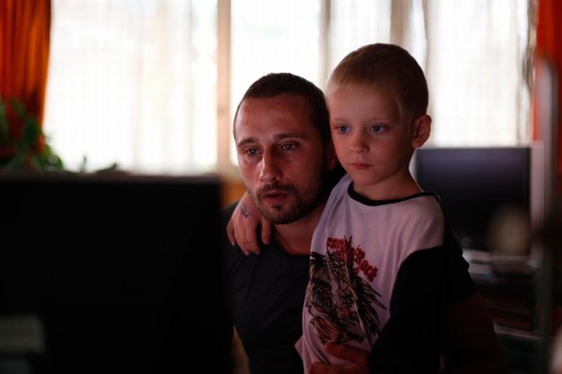 Rust and Bone: Matthias Schoenaerts col piccolo Armand Verdure in una scena del film
