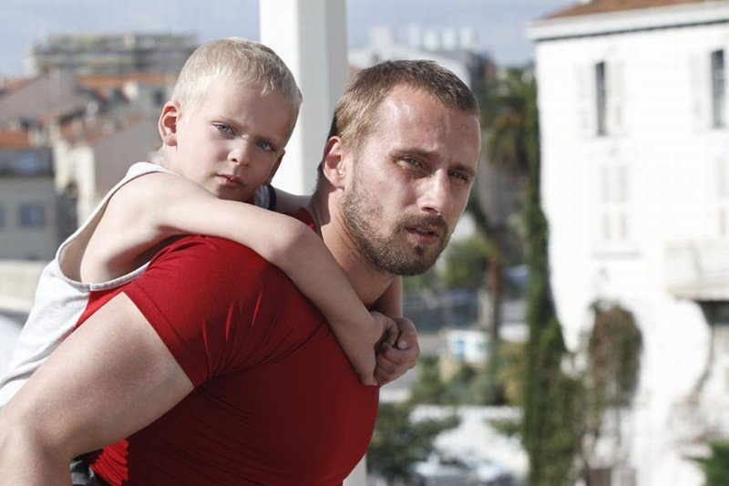Rust and Bone: Matthias Schoenaerts insieme al piccolo Armand Verdure in una scena