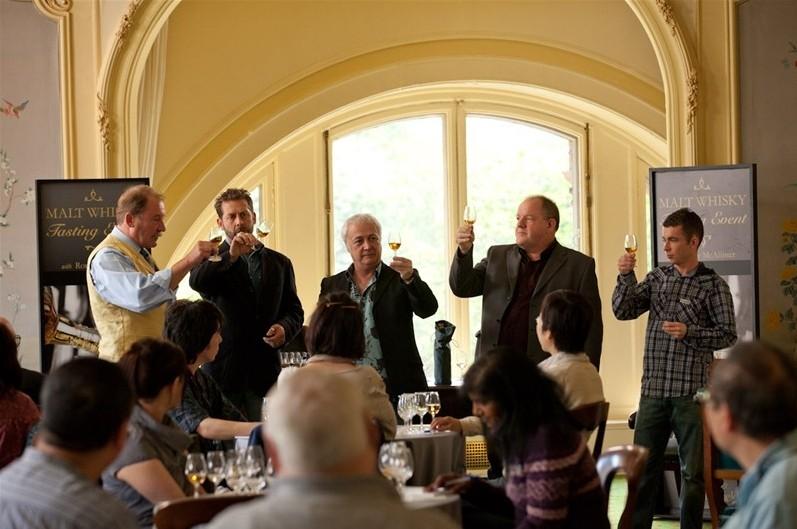 The Angels' Share: John Henshaw e Paul Brannigan in un'immagine di gruppo tratta dal film