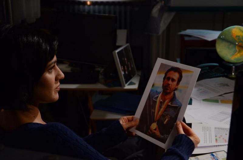 100 metri dal paradiso: Giulia Bevilacqua in una scena tratta dal film guarda una foto di Jordi Mollà
