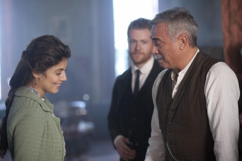 Alessandra Mastronardi e Massimo Ghini durante una scena della miniserie Titanic - Nascita di una leggenda