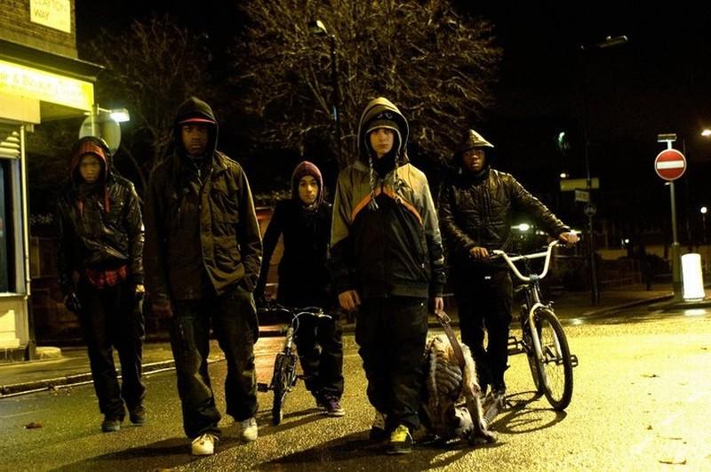 Alex Esmail, John Boyega, Franz Drameh, Simon Howard e Leeon Jones in una scena di Attack the Block - Invasione aliena