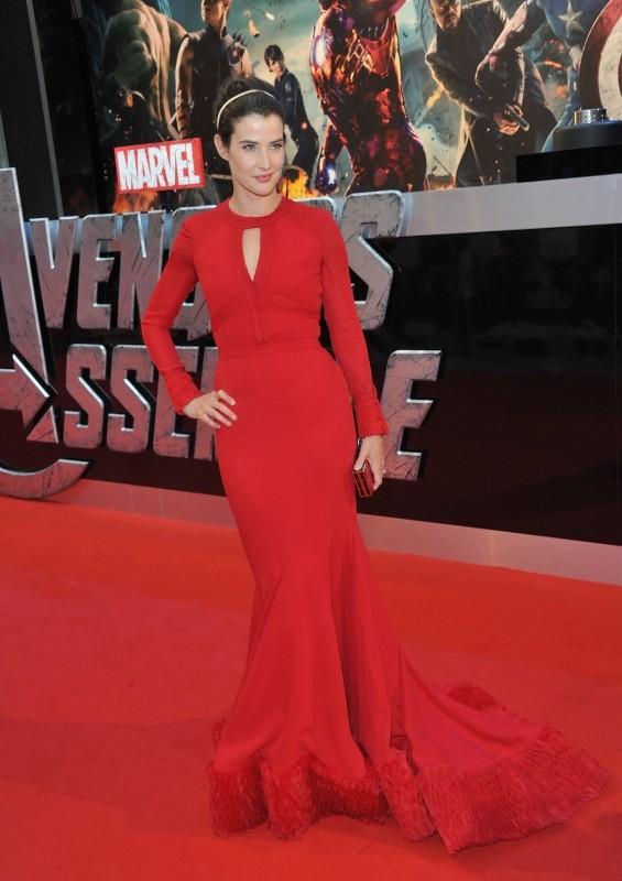 Cobie Smulders in rosso sul red carpet durante la première londinese di The Avengers