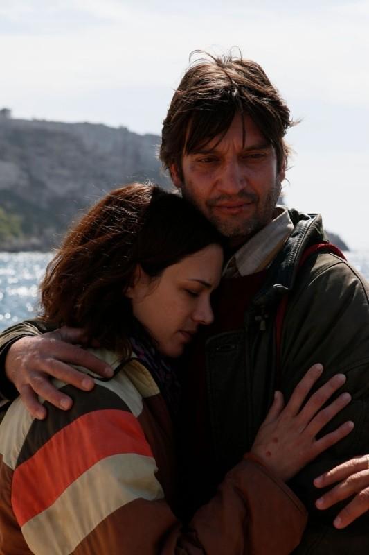 Isole: Ivan Franek abbraccia Asia Argento in una tenera scena del film diretto da Stefano Chiantini