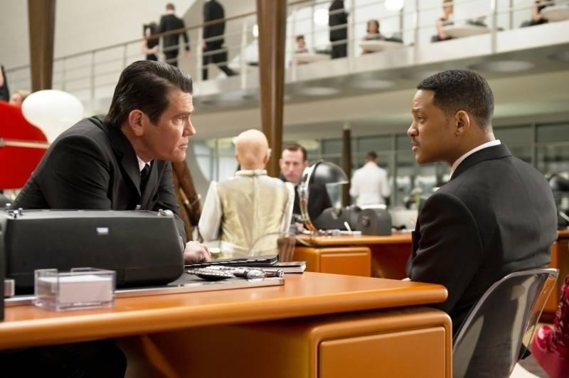 Josh Brolin con Will Smith in una scena di Men in Black 3