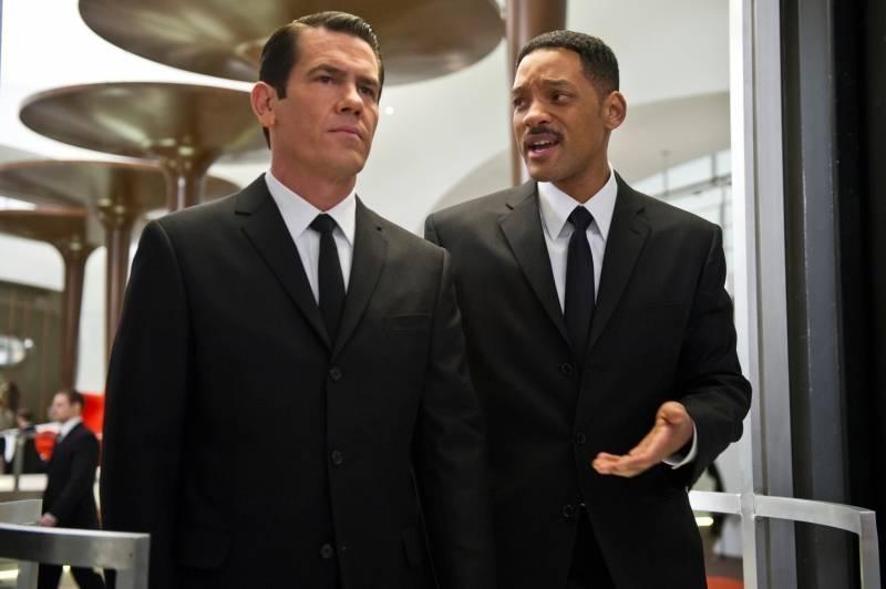 Josh Brolin insieme a Will Smith in una scena di Men in Black 3