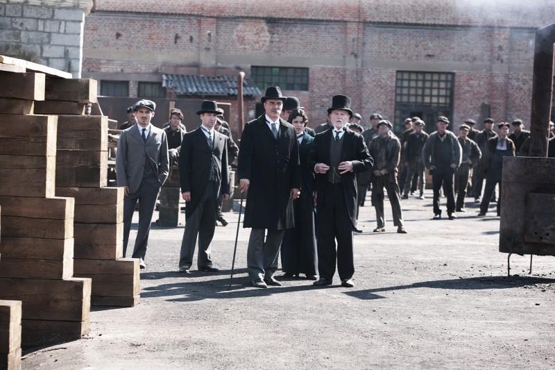 Kevin Zegers, Derek Jacobi e Chris Noth in un momento della serie tv Titanic - Nascita di una leggenda