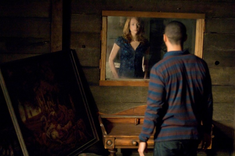 Kristen Connolly spiata in segreto da Jesse Williams in una scena di Quella casa nel bosco