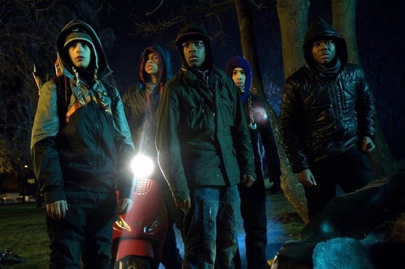 Luke Treadaway, John Boyega e Leeon Jones in una scena di Attack the Block - Invasione aliena