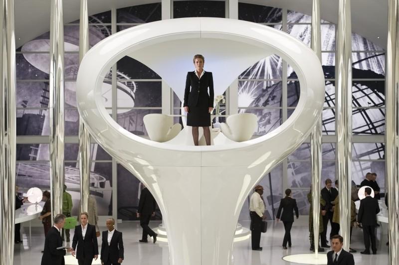 Men in Black 3: Emma Thompson controlla la situazione dall'alto in una scena del film