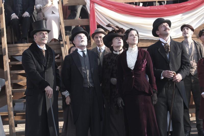 Neve Campbell, Derek Jacobi e Chris Noth in una scena della serie tv Titanic - Nascita di una leggenda