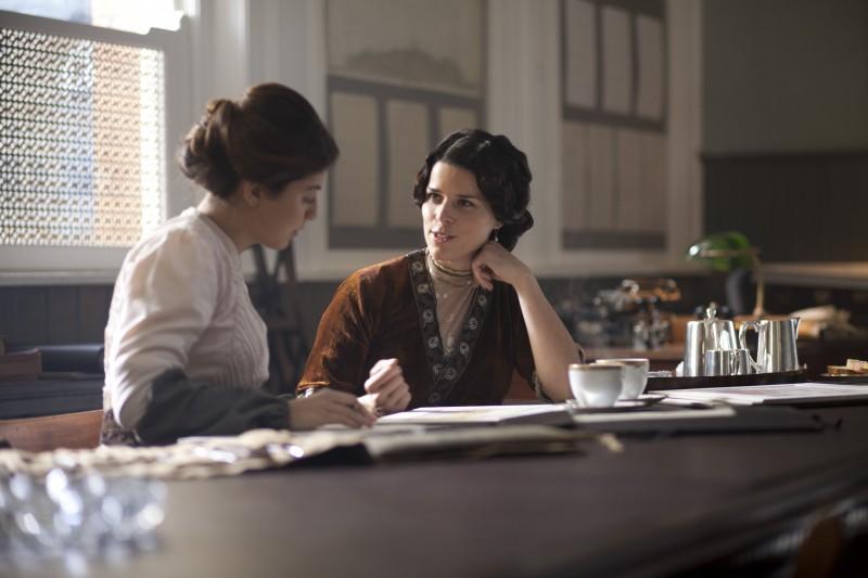 Neve Campbell in una scena della serie tv Titanic - Nascita di una leggenda