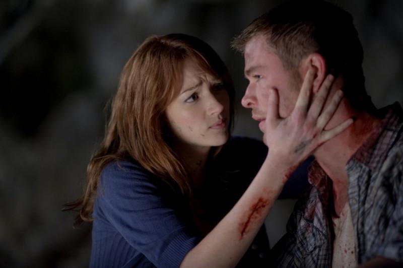 Quella casa nel bosco: Chris Hemsworth abbracciato affettuosamente da Kristen Connolly in una scena del film
