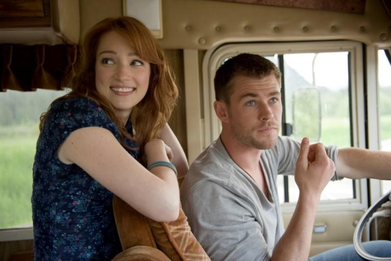 Quella casa nel bosco: Chris Hemsworth e Kristen Connolly a bordo del camper verso un weekend da paura in una scena del film