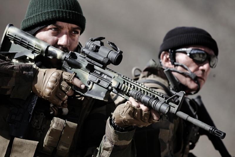 Special Forces - Liberate l'ostaggio: Alain Alivon e Denis Menochet in una scena