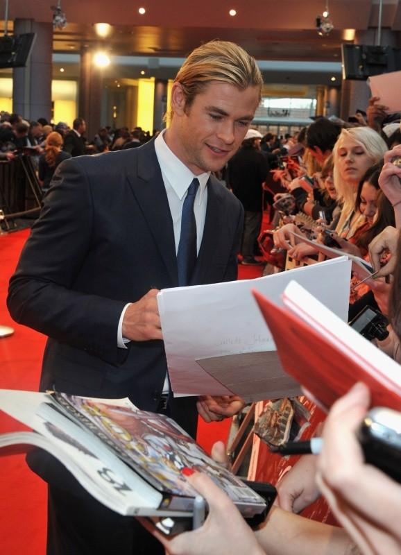 The Avengers: Chris Hemsworth firma autografi sul red carpet del cinema Vue Westfield per la première londinese del film