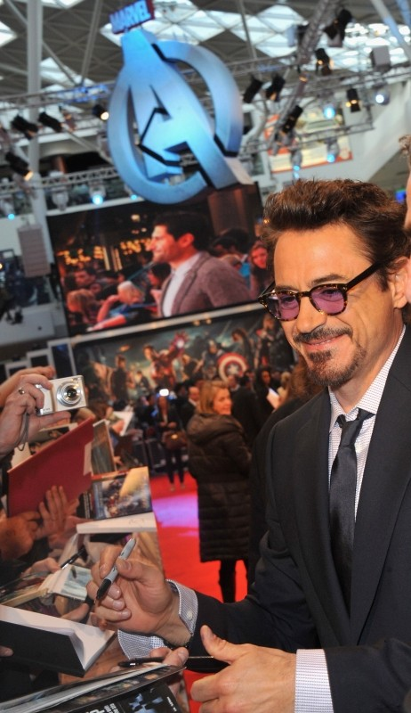 The Avengers: Robert Downey Jr. firma autografi sul red carpet del cinema Vue Westfield per la première londinese del film