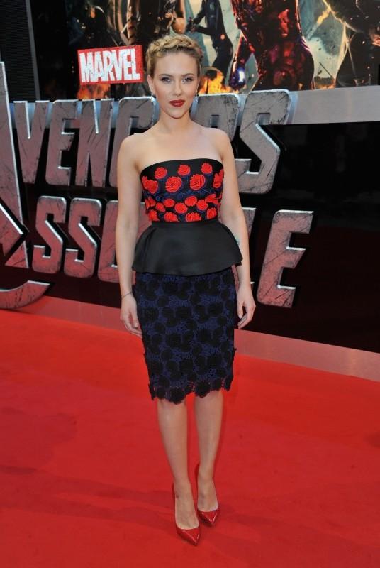 The Avengers: Scarlett Johansson sul red carpet londinese in occasione della première inglese del film