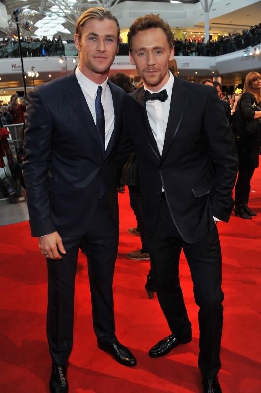 The Avengers: Tom Hiddleston e Chris Hemsworth sul red carpet londinese in occasione della première