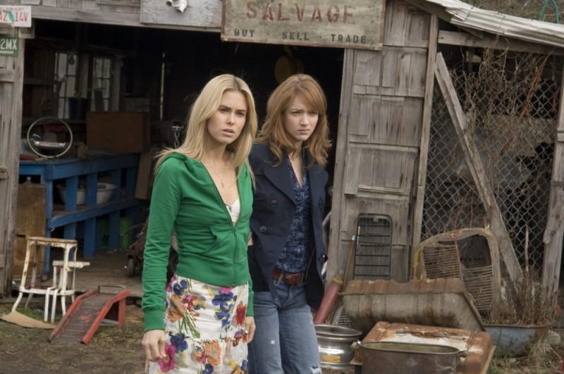 Quella casa nel bosco: Anna Hutchison e Kristen Connolly alla stazione di servizio in una scena del film