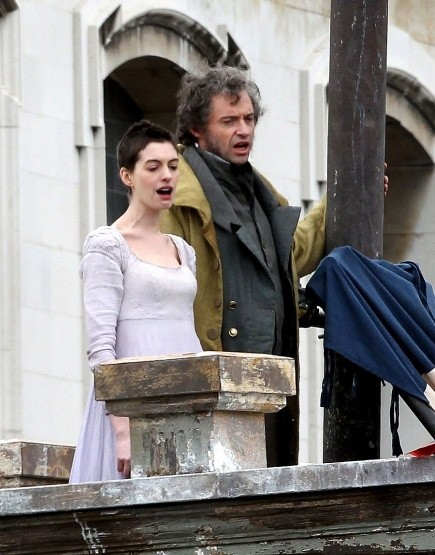 Anne Hathaway e Hugh Jackman intonano 'Do You hear the People Sing' sul set di Les Misérables
