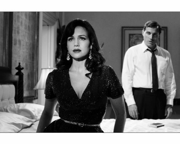 Carla Gugino e Rufus Sewell nella prima immagine di Hotel Noir