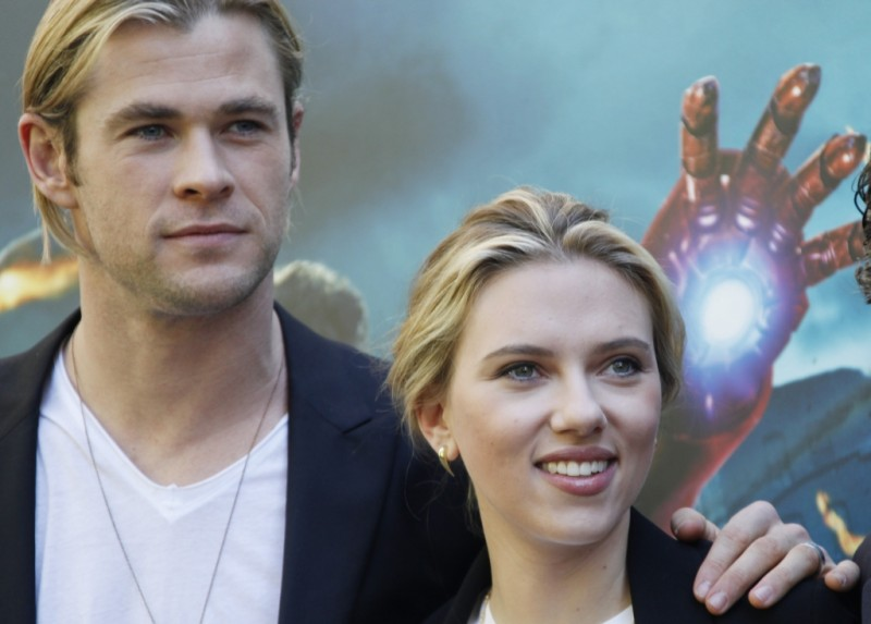 The Avengers: Scarlett Johansson insieme a Chris Hemsworth durante il photocall di The Avengers a Roma