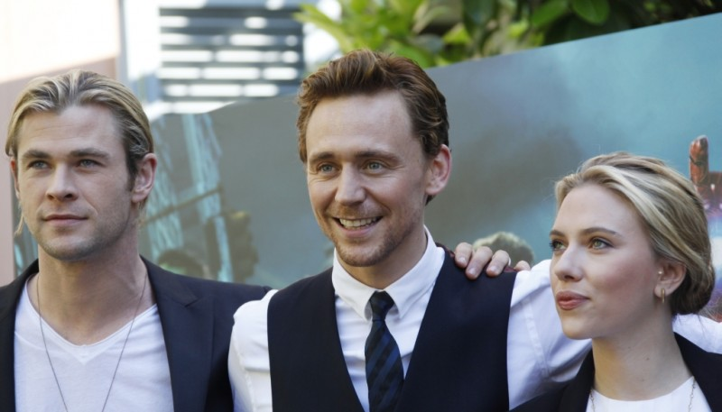 The Avengers: Scarlett Johansson insieme a Chris Hemsworth e Tom Hiddleston durante il photocall di The Avengers a Roma