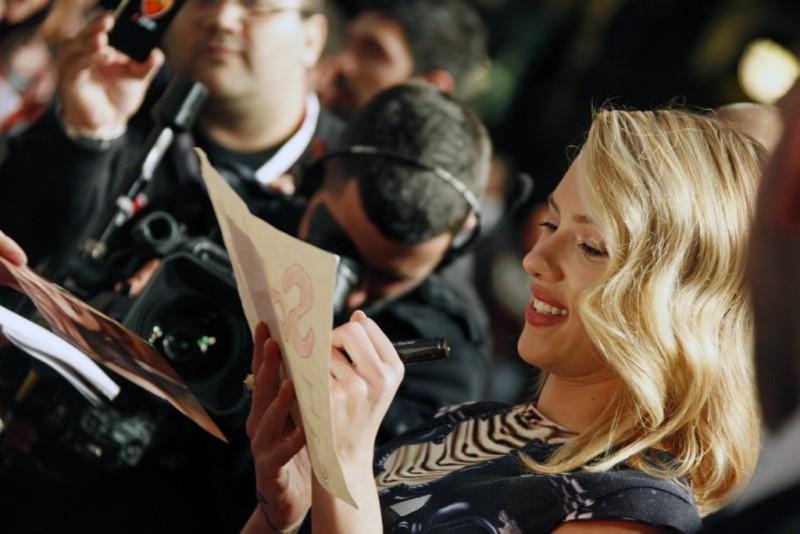 The Avengers: una sorridente Scarlett Johansson firma autografi sul red carpet della premiere romana The Avengers