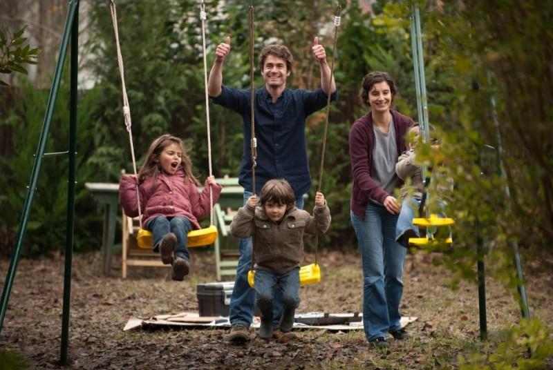 Tutti i nostri desideri: Yannick Renier e Amandine Dewasmes in una bella scena di famiglia tratta dal film