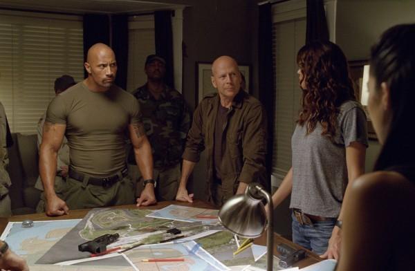 Dwayne Johnson e Bruce Willis circondati dal resto del cast di G.I. Joe: La vendetta