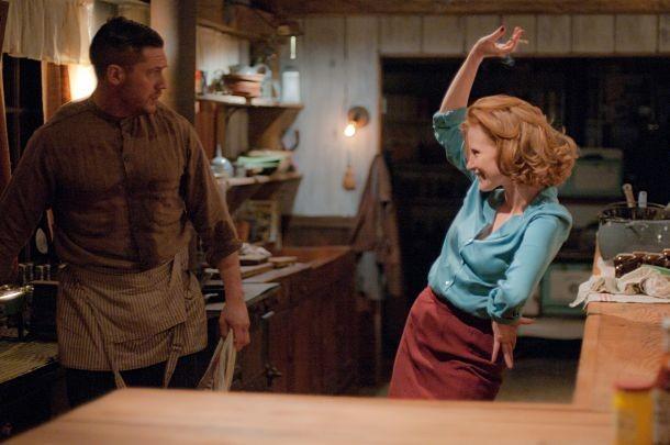 Jessica Chastain danza di fronte a Tom Hardy in una scena di Lawless