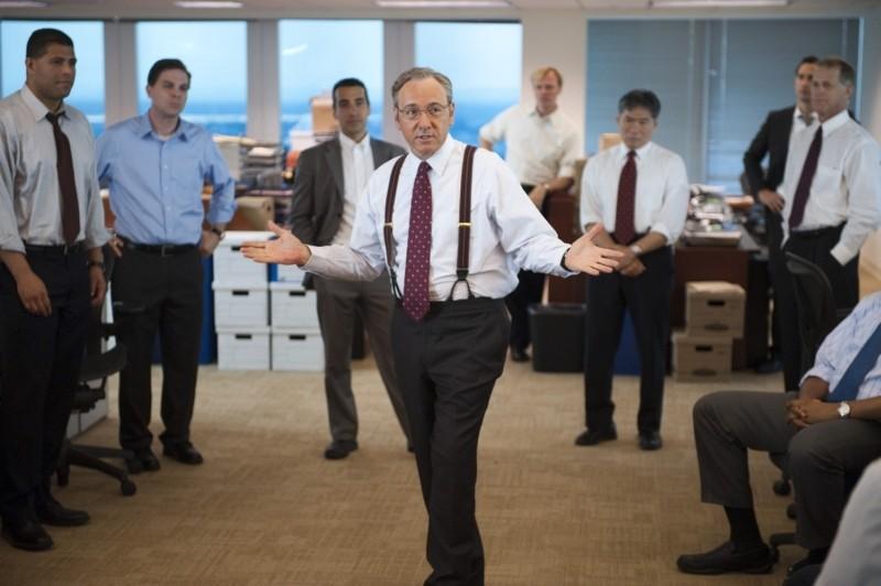Margin Call: Kevin Spacey con la sua squadra di collaboratori in una scena del film