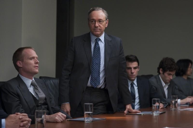 Margin Call: Kevin Spacey in piedi in una scena del film affiancato da Paul Bettany e Zachary Quinto