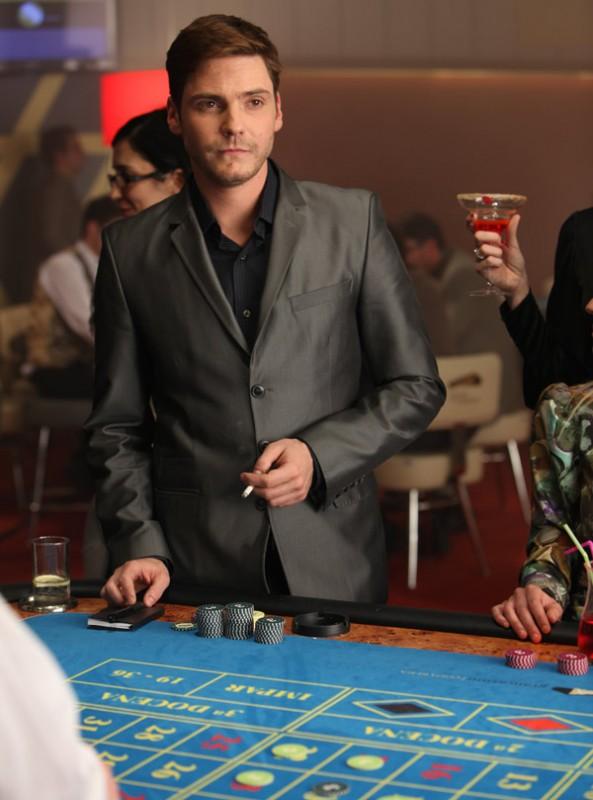 Daniel Bruhl al tavolo da gioco in The Pelayos